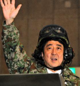 陸上自衛隊の戦車に試乗した安倍晋三首相=2013年5月