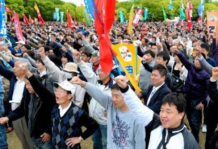 メーデーの集会の最後にシュプレヒコールをあげる参加者たち=2013年5月1日午前、大阪市中央区
