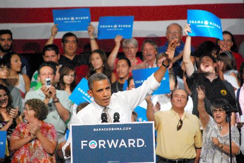 大統領選向けの集会で演説するオバマ米大統領=2012年8月9日、米コロラド州プエブロ