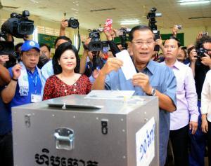 投票するフン・セン首相=2013年7月28日、カンボジア南部カンダール州タクマウ