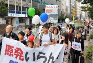 写真・図版 : 関西電力に向けて、山本太郎さんも加わった「脱原発」デモ=2011年10月