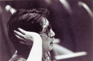 演出中のつかこうへいさん=1993年、シアターΧ劇場提供