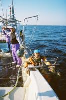 大浦漁協(佐賀県)のタイラギ漁を手伝う松永秀則さん(中央)=2011年2月、撮影・筆者
