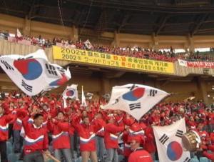 1997年11月、韓国・ソウルの蚕室五輪競技場でおこなわれたサッカーW杯予選の日本対韓国戦のスタンド。2002年W杯、韓・日共催の横断幕も掲げられている