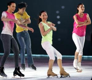 アイスショーでほかの出演者と演技する安藤美姫(右から2人目)。右は荒川静香=2013年7月6日、マリンメッセ福岡
