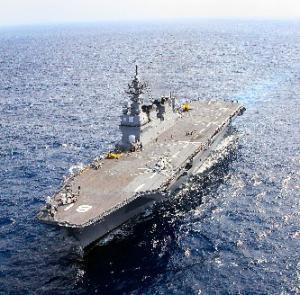 日米共同統合演習に参加する海上自衛隊の護衛艦「ひゅうが」=2010年12月9日、沖縄東方の海域(海自ヘリコプターから代表撮影)
