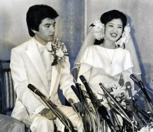写真・図版 : 披露宴前の記者会見で、山口百恵さんと三浦 友和さん=1980年11月