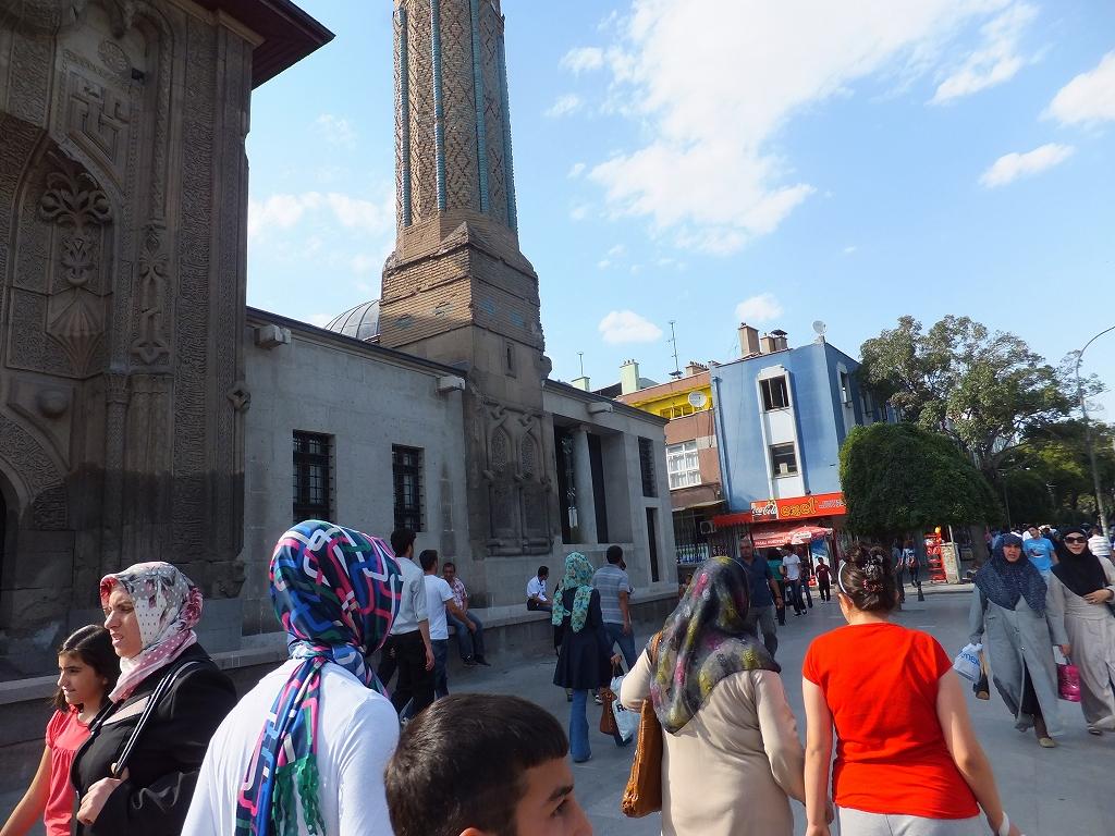 宗教色の強い地方都市でもカラフルなスカーフの女性が目立つ=トルコ中部のコンヤ市