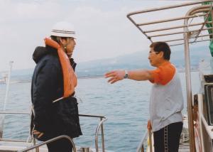 導流堤建設工事現場のそばで、漁ができないと干拓事務所の職員に抗議する松永秀則さん(右)=2007年3月、撮影・筆者