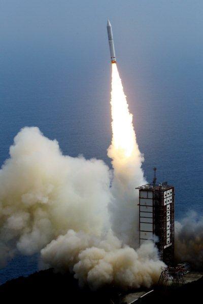 写真・図版 : 打ち上げられたイプシロン=14日午後2時、鹿児島県肝付町、池田良撮影