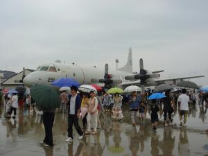 【写真1】 大勢の人でにぎわう三沢基地の航空祭=撮影・筆者