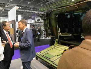 仏国営企業、ネクセターの装甲車、VBCIの説明を受ける左藤前防衛政務官(左)=撮影・筆者