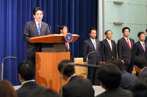 消費税率の引き上げを発表する安倍晋三首相=2013年10月1