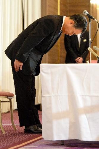会見の冒頭で謝罪する阪急阪神ホテルズの出崎弘社長=2013年10月28日午後8時4分、大阪市北区、水野義則撮影