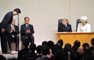 「主権回復の日」の式辞後、天皇、皇后両陛下にお辞儀する安倍晋三首相(左端)=2013年4月28日