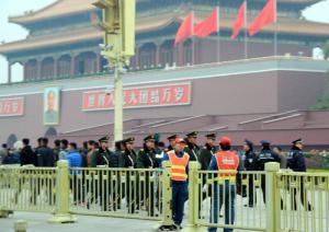 写真・図版 : 3中全会の期間は、天安門前を多数の警察官や武装警察官が警戒した=2013年11月9日