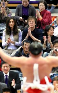 写真・図版 : 大相撲を観戦、横綱・白鵬の土俵入りに拍手を送るポール・マッカートニー=2013年11月14日、福岡国際センター