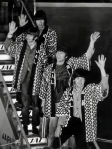 写真・図版 : 1966年6月、ビートルズとして来日し羽田空港に降りたときの有名なシーン。手前からポール・マッカートニー、ジョン・レノン、リンゴ・スター、ジョージ・ハリソン