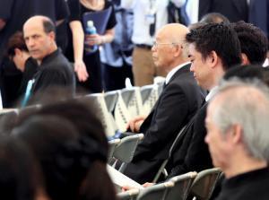 沖縄全戦没者追悼式に出席した橋下徹・大阪市長(右端)。左端はルース米駐日大使=2013年6月23日
