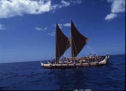 写真・図版 : ハワイ/ポリネシア伝来の帆走双胴カヌーリバイバルを先導したホクレア号。撮影:星川 淳(1997年秋、ハワイ周航訓練航海)