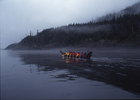 写真・図版 : 北米北西海岸の海洋先住民にとって文化の器だった伝統カヌーも力強く復活。撮影:星川 淳(1997年夏、トライバルジャーニー)