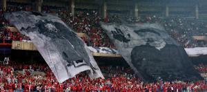ソウルで行われたサッカー東アジア杯の日韓戦開始直前、韓国サポーターは安重根の肖像など巨大な幕を掲げた=2013年7月28日