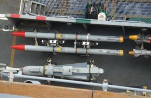【写真3】 米空母の甲板には大型対地ミサイル「マーベリッ久」も(下)
