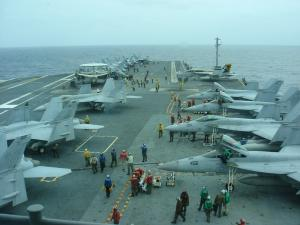 【写真1】 米空母に並ぶ戦闘機
