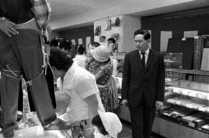 1961年、西武百貨店池袋店内をみる堤清二氏。同年、代表取締役店長に就任