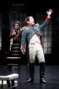 「おのれナポレオン」=野田秀樹(手前)と内野聖陽。撮影:石川純