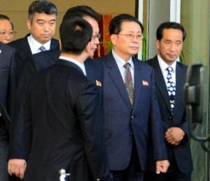 北京を訪れたときの張成沢・朝鮮労働党行政部長(当時。右から2人目)=2012年8月13日、北京空港