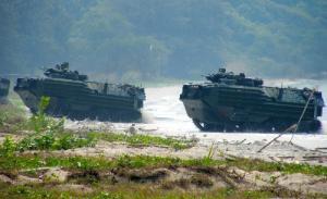 タイ中部の海岸で上陸訓練を行う米軍水陸両用車AAV7=2013年2月