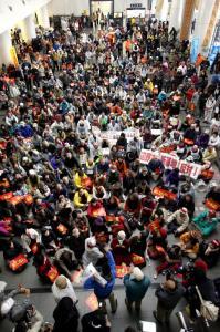 仲井真知事の辺野古埋め立て承認に反対し、沖縄県庁ロビーに座り込む人たち=2013年12月27日
