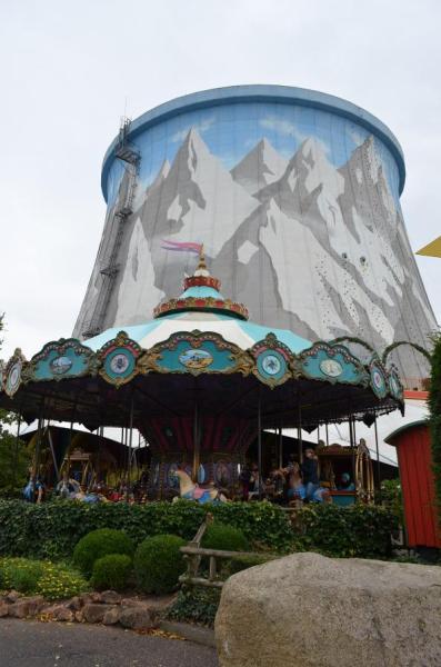 カルカーの高速増殖炉はワンダーランドという遊園地になっている。冷却塔には絵が描かれていた。桜井林太郎撮影
