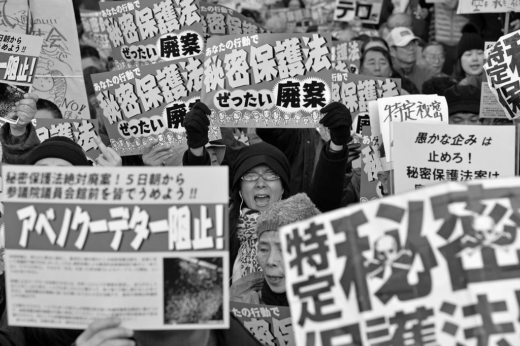 特定秘密保護法案に声を張り上げ抗議するデモ参加者=2013年12月5日、東京・永田町