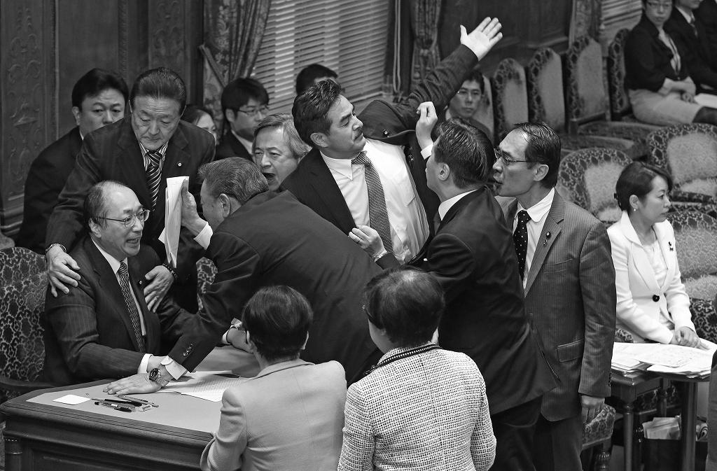 参院国家安全保障特別委員会で、特定秘密保護法案の採決をめぐり、中川雅治委員長(左端)の周りでもみあう委員。右端は森雅子・特定秘密保護法案担当相=2013年12月5日