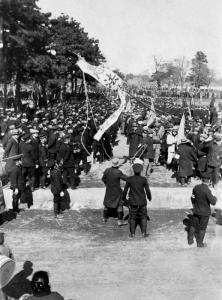 1925年2月、治安維持法案・労働争議調停法案に反対した労働団体のデモ=東京・芝赤羽