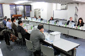 写真・図版 : リニア中央新幹線の環境影響評価準備書を審議する神奈川県の環境影響評価審査会=1月17日