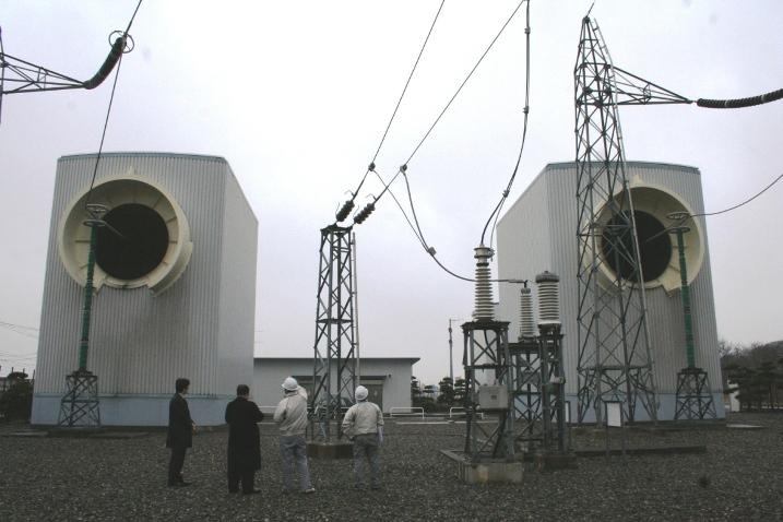 写真・図版 : 北海道と本州を結ぶ北本連系線の函館部分。この送電能力をフルに使っていない。