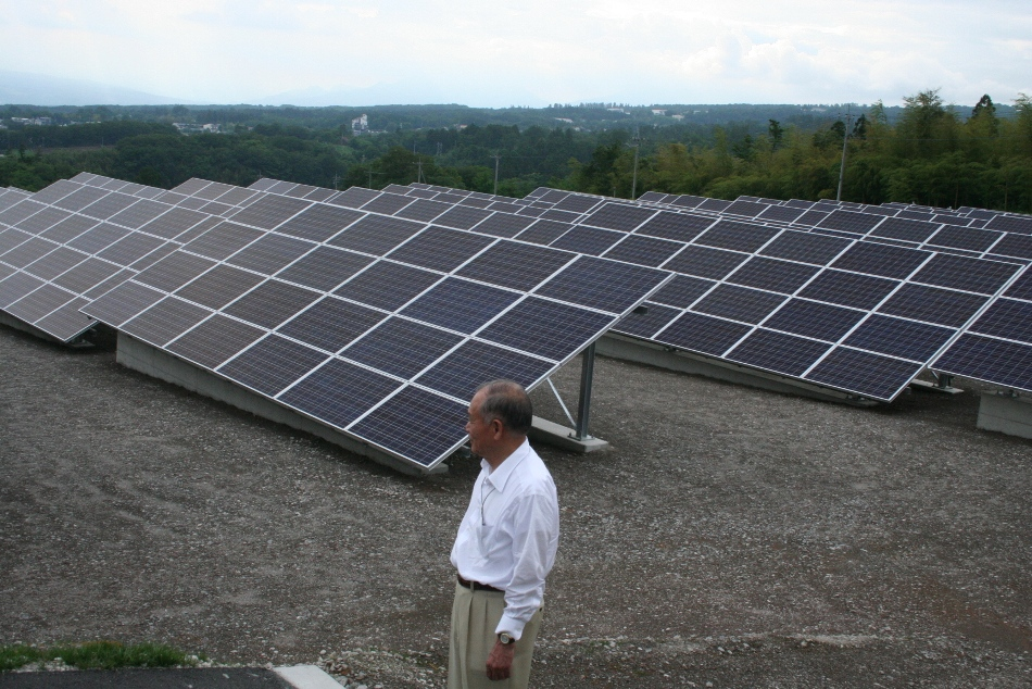写真・図版 : FIT法によって太陽光発電は大きく増えている。群馬県内で。