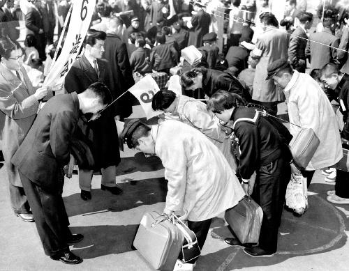 青森からの集団就職の列車が上野駅に着き、雇い主と対面=1959年