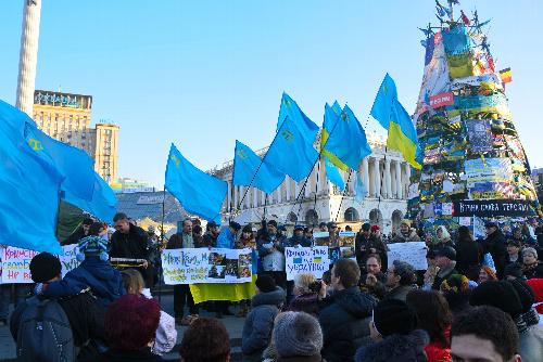 独立広場で、ロシアへの抗議デモをおこなクリミア・タタール人=2014年3月8日、ウクライナ・キエフ