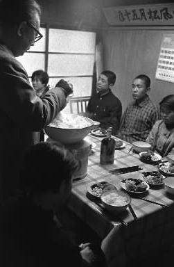 この日だけは部長さんのお手盛りの食事 1962年3月、東京都台東区