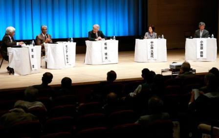 NAIST東京フォーラム2013のパネルディスカッションで活発な議論を交わすパネリストら=2013年10月18日、東京・有楽町の朝日ホール