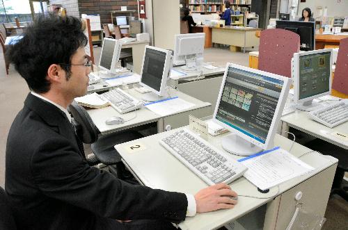 山口県立図書館では2階にある5台の端末で国会図書館のデジタル化資料を閲覧できる=山口市後河原