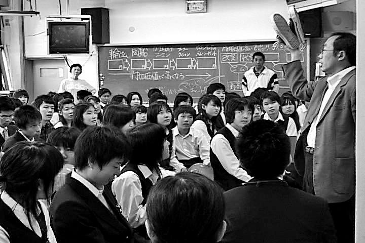 写真・図版 : 写真1 東京都杉並区立和田中で[よのなか]科の授業をする筆者