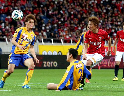 サポーターらが声援を送るなか、後半21分、浦和・李(右)はループシュートで2点目を決める=埼玉スタジアム
