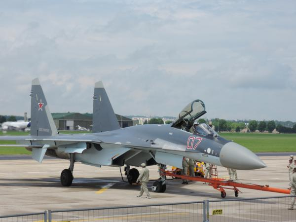 写真・図版 : クリモフ TV3-117 エンジンを登載したロシアのスホーイSu-35戦闘機。中国への輸出が決定している=撮影・筆者