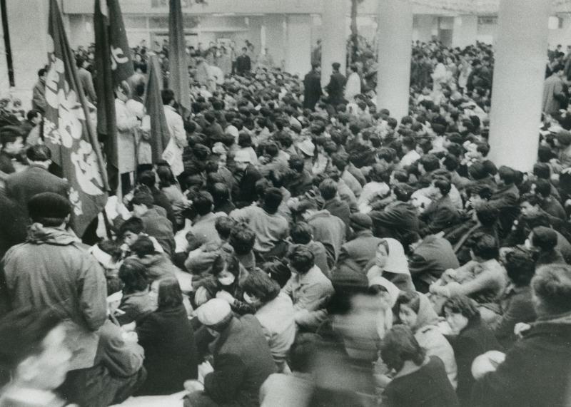 新日米安全保障条約の調印に反対する全学連の学生たちが、岸信介首相の訪米を阻止しようと、羽田空港のロビーを占拠しだ=1960年1月16日