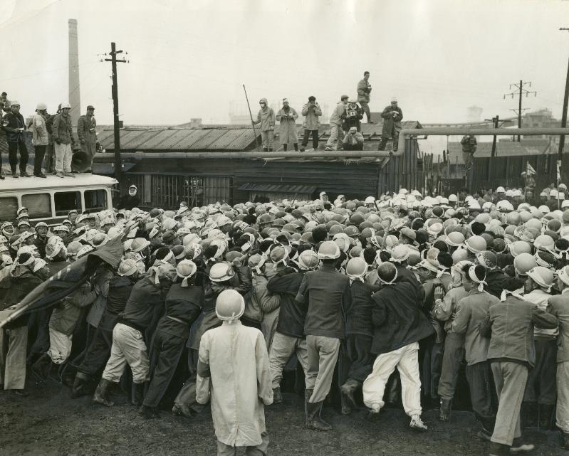 三井三池争議で、第2組合員が入構した後、警官隊ともみ合う第1組合員